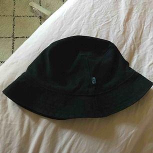 Svart buckethat, säljer pga använder inte❤️
