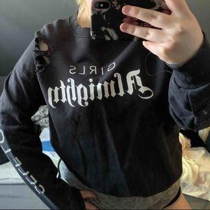 Sweatshirt från Ginatricot med slitningar. Använd fåtal gånger. Skiit skön och skit snygg!!! Strlk S men väldigt stor i strlk så passar både M och L skulle jag säga. Frakt tillkommer