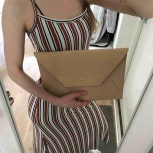 Stor kuvertväska, mått: 33x22 yttermått, frakt tillkommer (18kr)