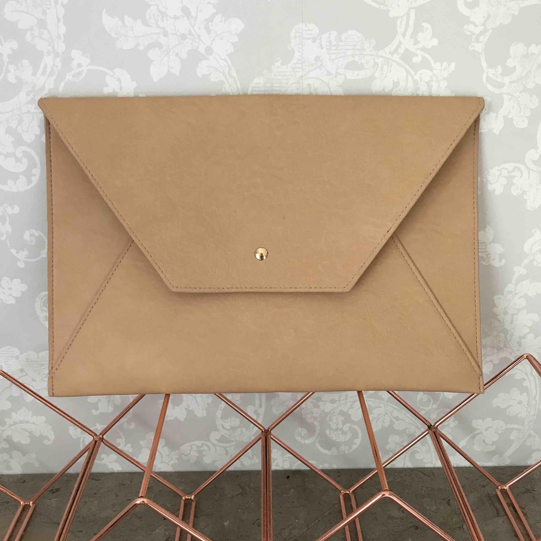 Stor kuvertväska, mått: 33x22 yttermått, frakt tillkommer . Väskor.