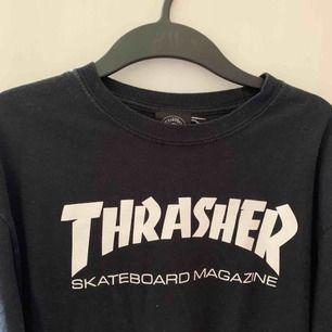 Äkta Thrasher, köpt i Manchester 2015. Knappt använd. Finns i Norrköping. Annars står köparen för frakten (ung 50kr).
