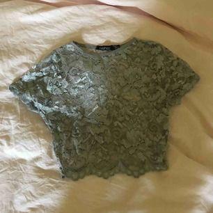 Crop top i grå spets, jättefin med en bralette eller ett linne under.