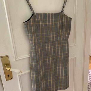 Jättefin klänning från Pull&Bear!! Knappt använd. Finns i Norrköping, annars står köparen för frakten. (ung 50kr)