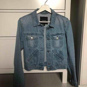 Säljer min jeans jacka från Monki som inte kommer till användning eftersom storleken inte passar mig. Köparen står för frakten! 🍉