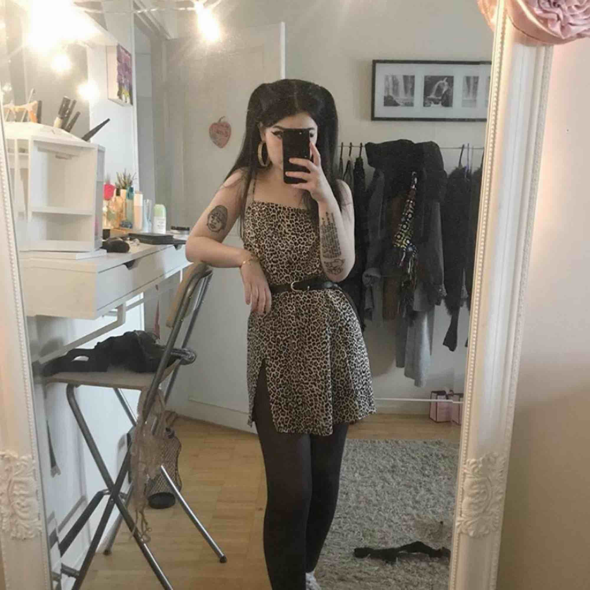 Leoklänning från MotelRocks. Det är denna som alla på Instagram har på sig, haha. Använd en eller två gånger. Köpt för 500kr. FRAKT INGÅR I PRISET!. Klänningar.