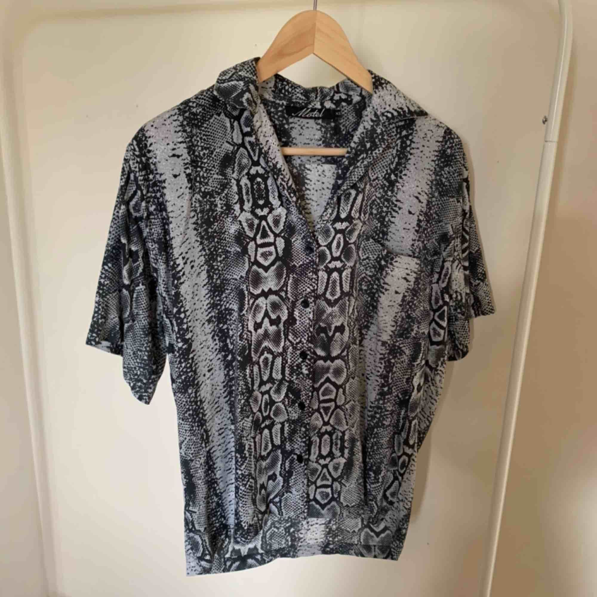 Hawaiiskjorta från MotelRocks med snakeprint. Använd fåtal gånger. Handgjord.. Skjortor.