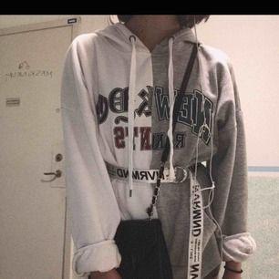 sjukt cool hoodie ifrån bikbok som är i väldigt bra skick💕 det står M/L på storleken men den har blivit lite som ett S.