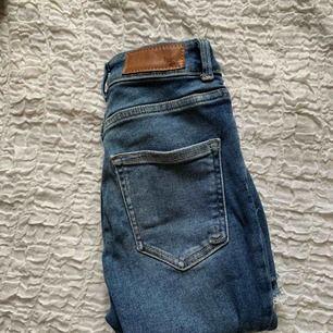 Jeans från BikBok, använda en gång. Köpta för 599kr. Finns i Norrköping, annars står köparen för frakten. (50kr).