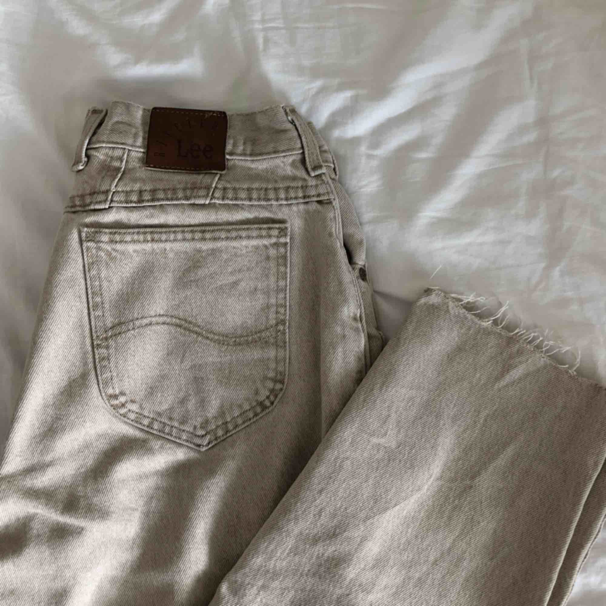 As coola lee jeans i vintage look, som tyvärr är för stora för mig :( köparen står för frakt.. Jeans & Byxor.