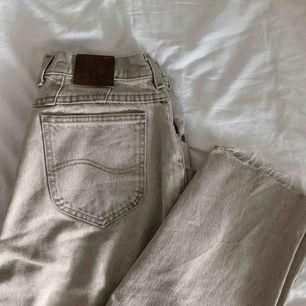 As coola lee jeans i vintage look, som tyvärr är för stora för mig :( köparen står för frakt.