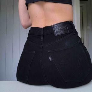 Använd max 5 ggr säljer pga är för små, tighta Levi jeans med super hög midja (går precis till/över naveln på mig) kostar 1000kr nya, frakt tillkommer (63kr) då är det spårbart