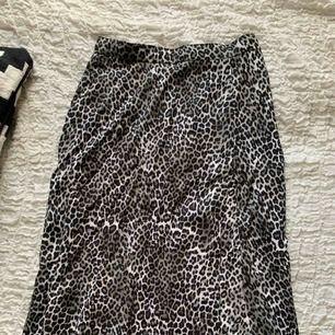Kjol med hög slits från MotelRocks. Använd fåtal gånger. Köpt för 500kr. Handgjord. Finns i Norrköping annars står köparen för frakten. (39kr) Leopardprint.