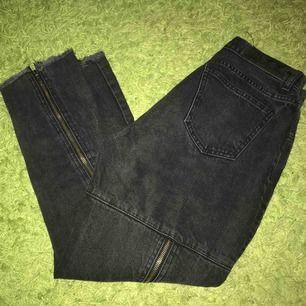 Svarta jeans som har dragkedjor på baksidan🖤