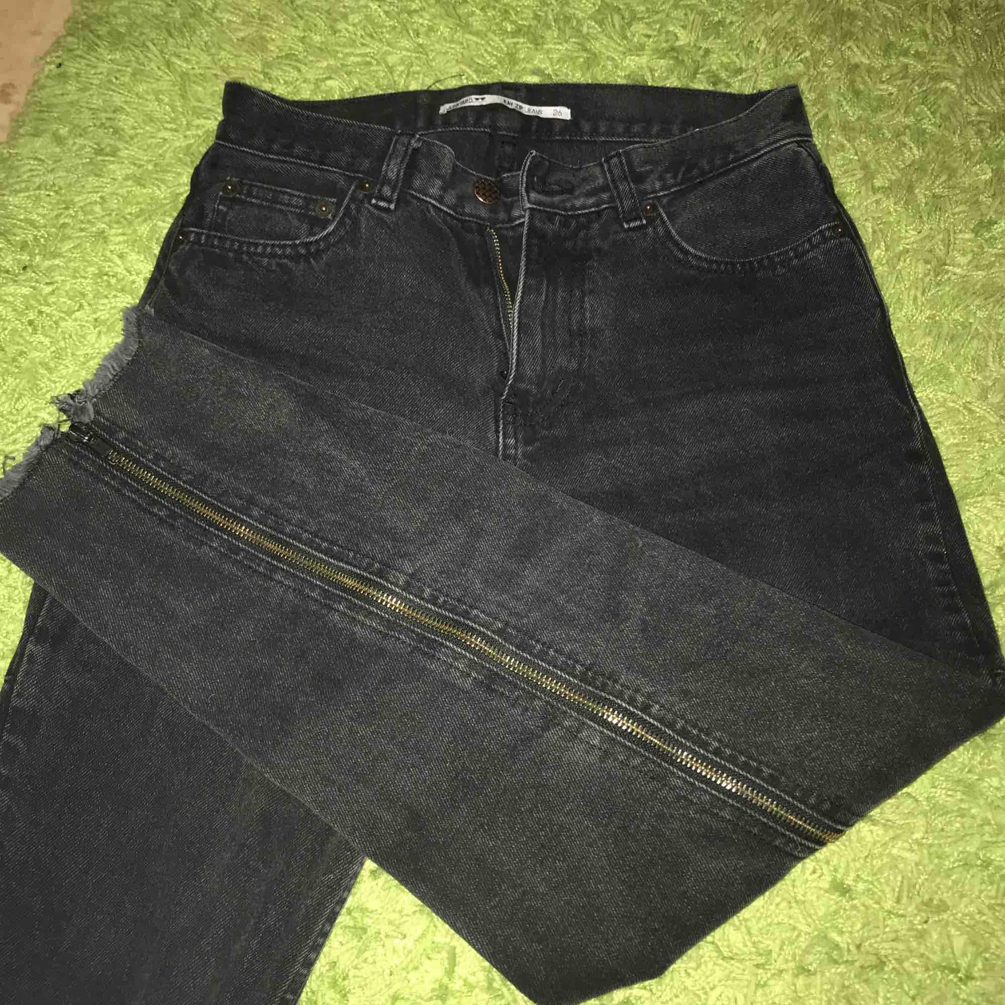 Svarta jeans som har dragkedjor på baksidan🖤 . Jeans & Byxor.