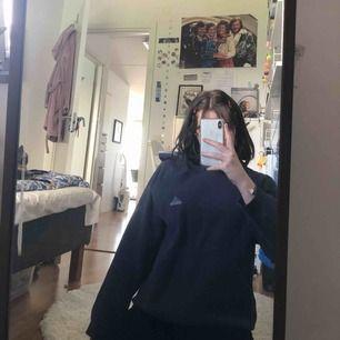 Adidas hoodie 🐥Passar alla storlekar både mig som är S och M/L. En liten slitning vid halsen men syns ej när man har på sig den. Om någon är intresserad kan ja självklart skicka bild på de som är slitet :-)  Frakt ingår i priset :)