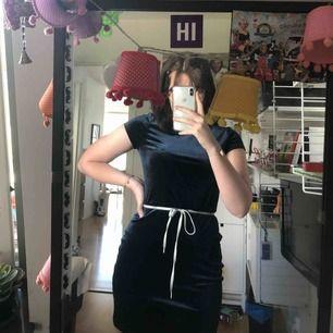 Oänvänd klänning från urban outfitters. I jätte skönt velvet material. (Skosnöret har ja satt dit själv ) frakt ingår :-)  pris går att diskuteras