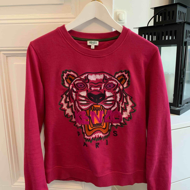 En Kenzo-tröja köpt på NK i Göteborg, december 2017-januari 2018 (runt den tiden) strax över 2200:-. Den är använd ungefär fem gånger bara och är därför i bra skick. Står att det är storlek L, men Kenzo gör små storlekar så jag skulle helt klart säga M. . Tröjor & Koftor.
