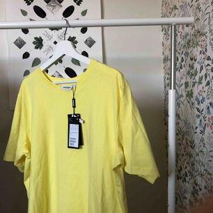 Oversized Helt Ny t-shirt i gul färg från Weekday. Beställde den på internet och det gick inte att lämna tillbaka i butik. Möts upp i Stockholm eller fraktar (köparen står för frakten) 😚👍💛