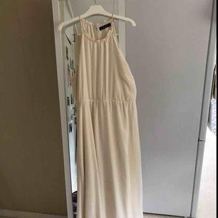 Fin ljus aprikos långklänning , endast använd en gång. Ny pris 1000