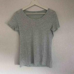En basic t-shirt från H&M. Ser grå ut på bilderna men har en blå ton i verkligheten skulle säga gråblå  Köparen står för frakten 💕