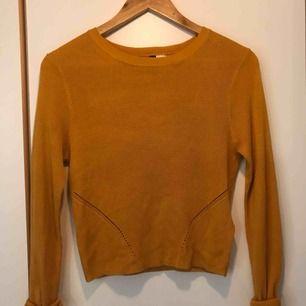 Vintage senapsgul tröja 🍂 Köparen står den lilla fraktkostnaden på 36 kr. Hör av dig vid eventuella frågor. Samfraktar gärna om du hittar något mer du vill ha 🍊