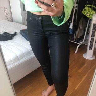 Sååå fina läder lackade jeans ifrån Zara i storlek 34. Använda 2 gånger, sitter fint och är super trendiga. Köpta för 500kr men säljer för 90kr