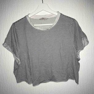 En väldigt croppad t-shirt i oversize. Det står strl L men hade rekommenderat till M. Super flowy till sommaren   Köparen står för frakten 💕