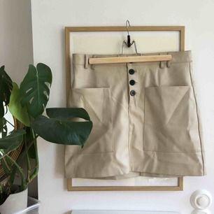 Trendig faux skinn kjol från Zara i fint skick🌸 Frakt tillkommer