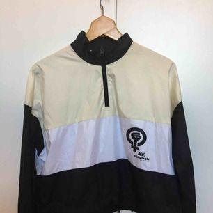 Supersnygg Reebok-tröja/tunn jacka från 2016. Design av Melody Ehsani. Stl L men är liten i storleken. Jag brukar ha small och den har passat bra. Kort modell med dragsko runt midjan.  Använd endast ett fåtal gånger.