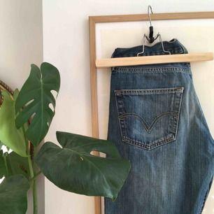 Supersnygga Levis 501 Jeans i fint skick, säljer pga att dom blivit för stora