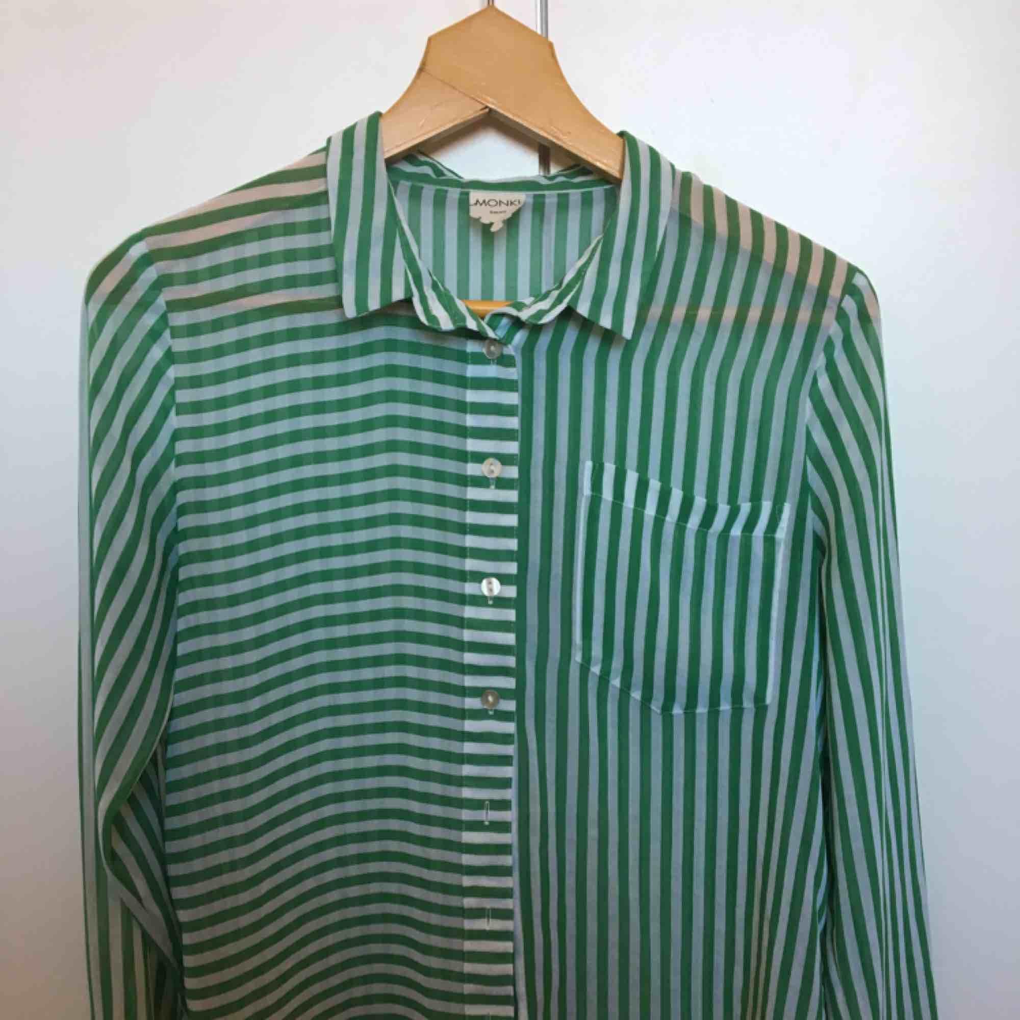 Fin skjorta från MONKI, sällan använd. Lätt transparent. Köparen står för frakt. . Blusar.