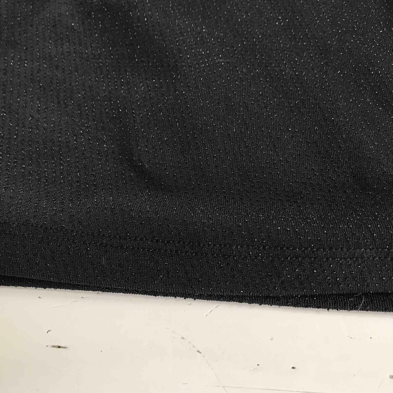 Oanvänd festklänning, på sista bilden ser man hur tyget ser ut är typ små glittertrådar i, dock inte superglittrig. frakt tillkommer (18kr) . Klänningar.