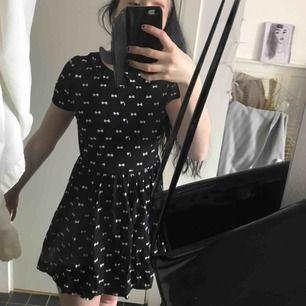 söt klänning som är väldigt kort! köpare står för frakt. begagnat skick, men 100% hel.