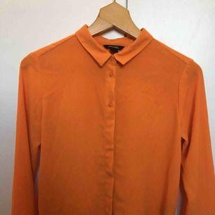 Fin orange skjorta från Monki. Knappt använd men inköpt för ett par år sedan.