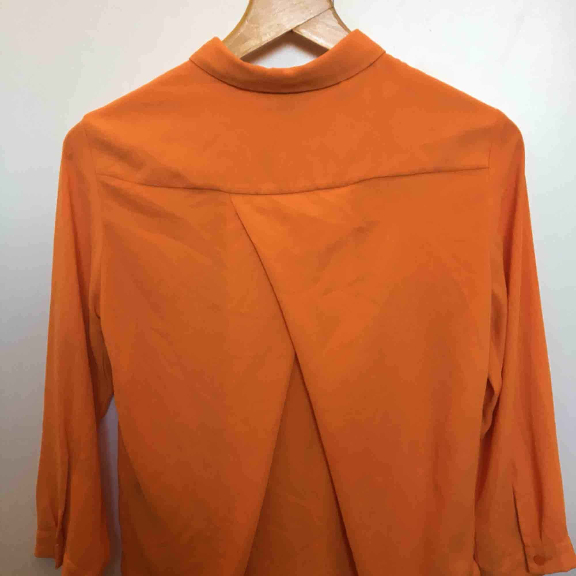 Fin orange skjorta från Monki. Knappt använd men inköpt för ett par år sedan. . Skjortor.