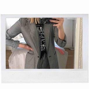 en rutig kappa ifrån Gina tricot! passar mig som är ca 160cm lång! köparen står för frakt!