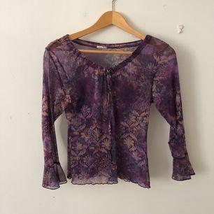 Lila genomskinlig tröja