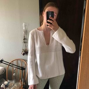 Fin vit stickad tröja! Härlig på sommaren! Frakt tillkommer på 54kr. Möts gärna upp i Sthlm:)