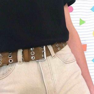 """Sktisnyggt ♻️vintage♻️ """"grommet belt"""" i en brun färg 🍫 Stajla med mörkgröna jeans, svart t-shirt och boots 😍 Frakt på 36kr 📨"""