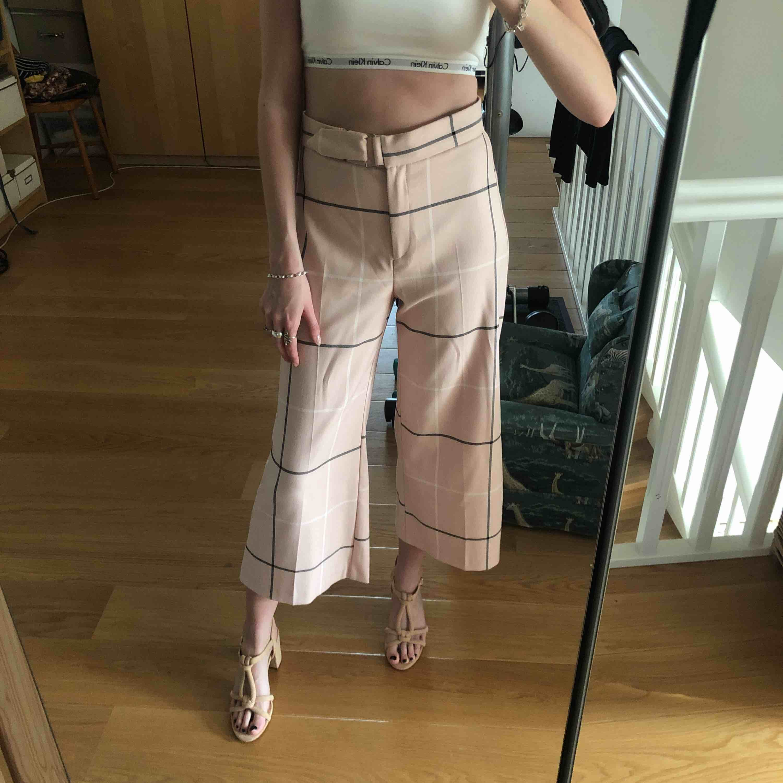 Så söta ljusrosa byxor ifrån river island, använda en gång. Knappen skulle behöva sys på lite bättre! Så mjuka och snyggt fladdriga. Nypris 599kr . Jeans & Byxor.