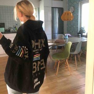 Väldigt ball oversized hoodie från Zara x Phillips. Nypris 400 men säljs för 100. Har tryck både bak och fram + båda ärmarna. Den perfekta hoodien!  Fraktavgift tillkommer men kan mötas upp i Stockholm.