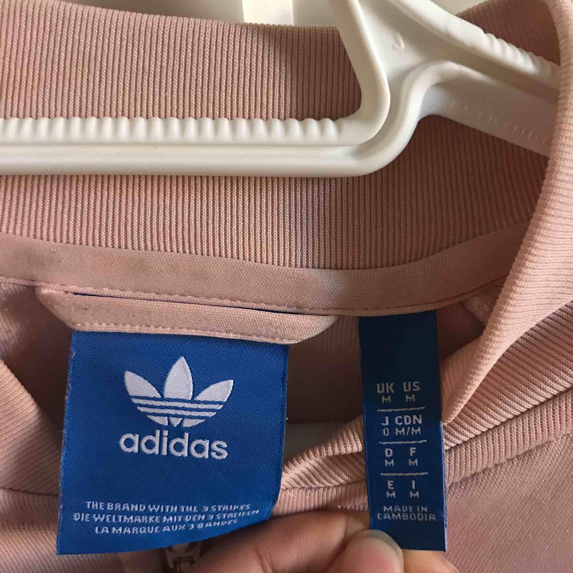 Storlek M (Male size) Adidas tracksuit överdel. Säljs pga för stor + sällan användning. Har små fläckar som inte märks av.  Skriv DM för info om betalning osv. . Huvtröjor & Träningströjor.