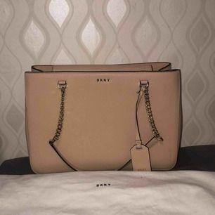 Äkta DKNY väska i nyskick. Köpt i NK. Köparen står för frakt, vid intresse finns fler bilder!