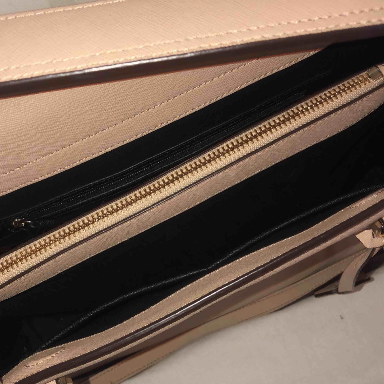 Äkta DKNY väska i nyskick. Köpt i NK. Köparen står för frakt, vid intresse finns fler bilder!. Väskor.