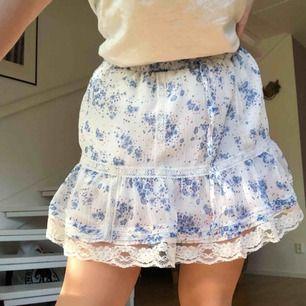 Söt blommig kjol alldeles perfekt till sommaren! Lite puffig och har ett band man kan dra åt också. Fraktavgift tillkommer men kan annars mötas upp i Stockholm.
