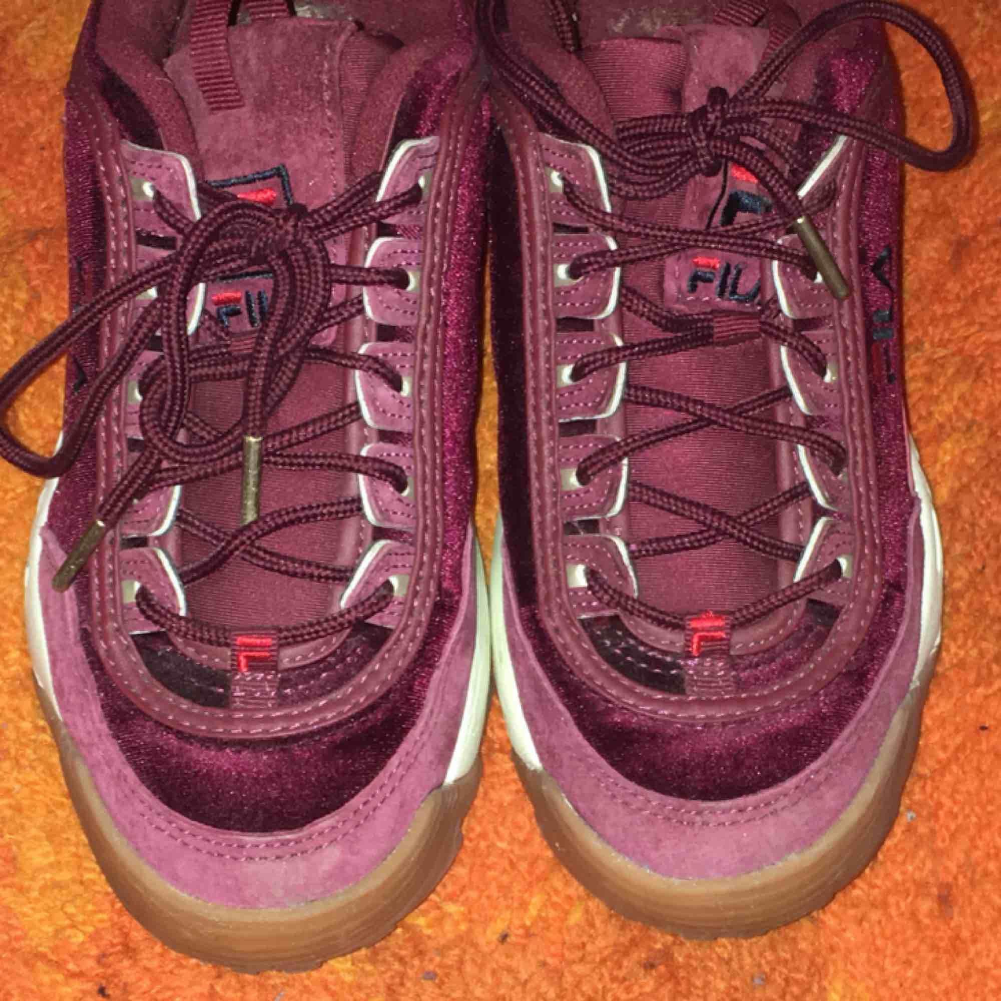 Asballa Fila Sneakers som är jättebekväma och snygga! De är unika med sin färg och att de bland annat har sammet på sej. Använda ett fåtal gånger, men nästan som nyskick. . Skor.
