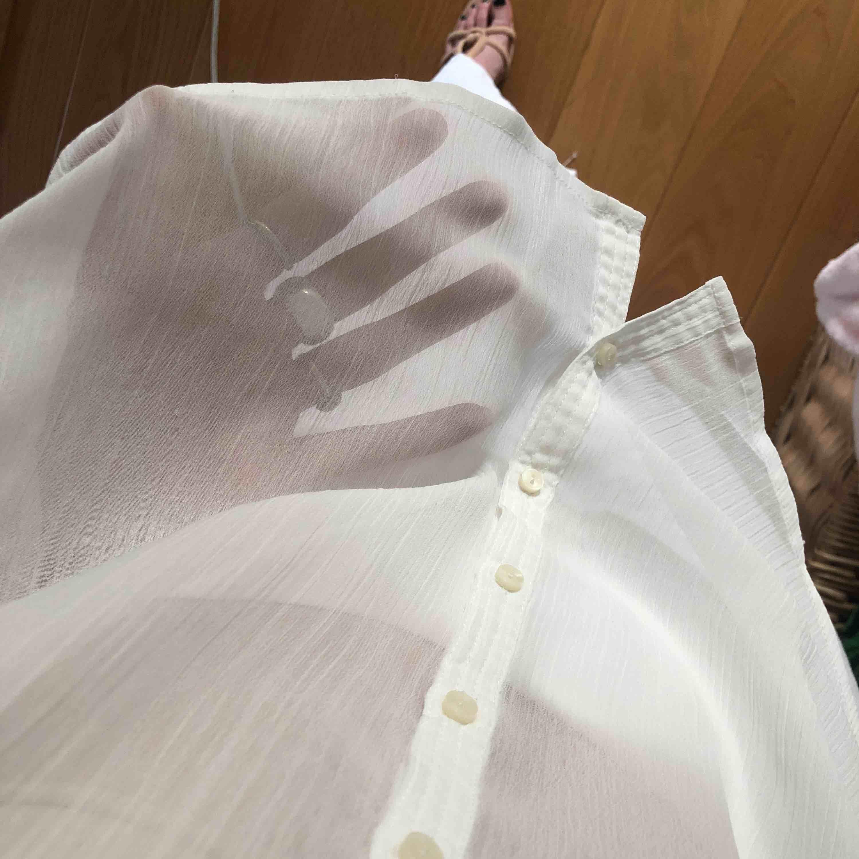 Supersöt genomskinlig blus ifrån Abercrombie & Fitch, sparsamt använd. Så snygg att ha under en kortare tröja så neder eller överdelen sticker upp 😍 kostade 599 danska kr så typ 700 spänn.. Blusar.