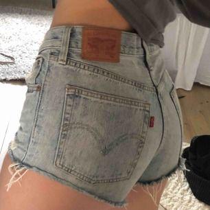 Jättesnygga Levi's 501 modellen shorts. Storlek w26. Original pris 549kr. Ganska mycket använda men är ändå i fint skick. Lite smutsiga på få ställen men inget som syns tydligt. Frakt 36kr:))