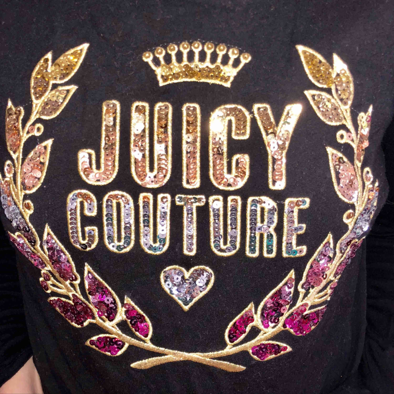Långärmad t-shirt ifrån Juicy couture, använd en gång. Var någon slags limited edition, kostade 1200 ny. Den har massor av paljetter som glittrar sjukt mycket! . T-shirts.