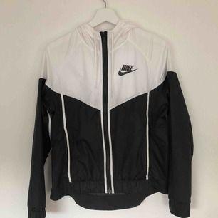 Nike vindjacka, använd sparsamt en sommar (2018). 400kr + frakt, priset kan dock diskuteras :)💓